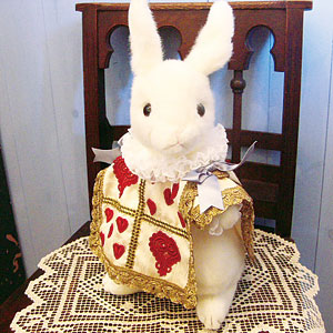アリスファン必携!大きくてかわいいトランプウサギのぬいぐるみです☆ウサギ・トランプの服ともに1個ずつ精巧な縫製で丁寧に作られています。とっても存在感があって、キュートなウサギの顔がいとおしくなります♪手にはちゃんと手紙も持っています! 【送料無料です】