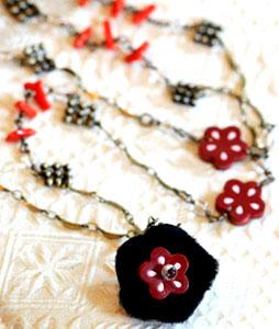 革花のついた毛皮のトップにサンゴを付けたチェーンをあしらった可愛いネックレスです