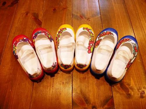 入園・入学の準備にオリジナル手描きスクールシューズが出来ました。サイズは15.0cm〜24.0cmで保育園や幼稚園の先生にもおすすめです♪ なかなか可愛い上履きって見つからないですよね? とっても可愛い上靴は当店イチオシの入園アイテムです! 数に限りがございますので予約販売させていただき、サイズ・カラーなくなり次第終了となっていきます。 予約販売は2月〜4月の間に何回かにわけて開催いたしますが、受付順に描いていきますので入園・入学までにご入用の方はお早めにご購入下さいね♪もちろん名入れも無料ですので、入園・入学準備にもピッタリ!ぜひ一度覗いてみて下さい♪