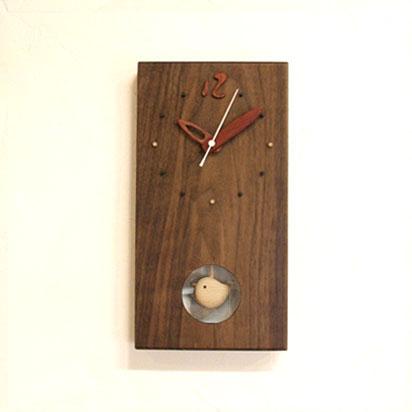 小鳥がいったりきたり。くるみの木を使用した、振り子がかわいい時計です。 外形は直線的に仕上げ、シンプルにしています。