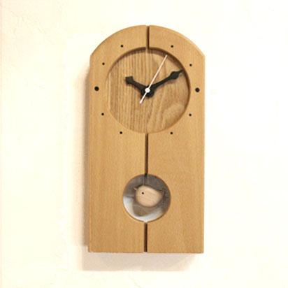 前面がブナの木のやさしい色合いの時計です。針も手作りです。 振り子はかわいい小鳥です。前面の時刻は自然木を配置しました。振り子はブナで小鳥を作りました。