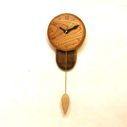 ケヤキの木を大きく使った振り子時計。人気の雫型の振り子です。この時計は特に木目のいいところを使っていますので気に入っていただけると思います。文字の配列も工夫しています。  WOOD−TOPの製品は、一点一点手作りで作られています。 仕上げは無公害のOSUMOCOLORを何度もすり込んでいまので年が経つごとに味が出てきます。