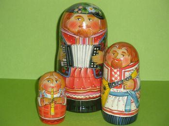 高さ:10.5cm  ロシアの民族音楽が題材です。 まとっている服の柄がなんともいえません。 ロシアでも名の知れた職人さんが製作している一品です。