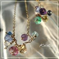 14KGFの華奢なチェーンに7粒の小さな天然石をならべたネックレスです。