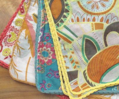 大判でとっても使い勝手のよいハンカチ。 数枚を縫い合わせてバッグにしても素敵ですよ。 6種類 各3色です。