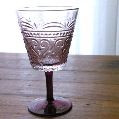 綺麗なヴァイオレットカラーのワイングラスです。 グラスのレリーフがクラシックな雰囲気で、 普段使いからパーティまで幅広くご使用いただけるアイテムです。 同じシリーズのカラフェとタンブラーもございます。
