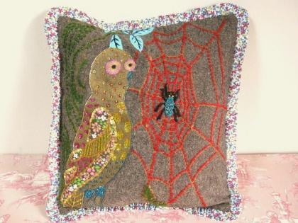 フランス人アーティスト『ナタリー・レテ』のクッションカバーです。 フクロウとクモの巣のイラストが、カラフルな糸、スパンコール、布やビーズでとても細かく刺繍され、装飾が施されたこだわりを感じられる作品です。