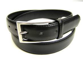 ビジネス&カジュアルにも使える牛革ベルト!! カーフ(子牛)使用で、体にフィットし、締め心地抜群!! ベルトは調節可能だから、どんな体型にもマッチするはず。 熟練職人のベルト。シンプルな長めのバックルは、シャープに着こなせます。普段の格好がベルトを変えるだけで、オシャレに演出できる!! このプライスで、この上質なベルトはないはず!!