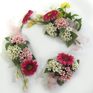 ブーケ風の壁掛けが登場! ホットピンクのガーベラにミニデージーやスターフラワーを合わせキュートなアレンジです。 3個セットですので壁に掛けたり、棚に置いたり、お好みのコーディネートでお楽しみ下さい。   デザイナーハンドメイドの一点ものです!!! どうぞお早めに!  生花に近い造花を使用しております。 インテリアとして長くお楽しみいただけます。