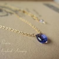 美しい宝石質タンザナイトのひとつぶネックレス  表面がつるりとしたスムースタンザナイト  つやつやの美しい石です  ひとつぶだけで華やかさと上品さを添えてくれるネックレス チェーンにグレーダイヤモンドを添えたシンプルネックレスです