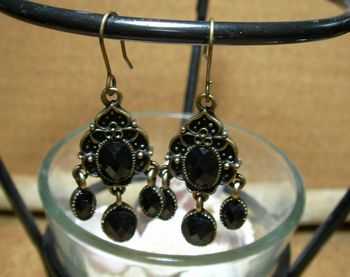 エスニックとアンティークが交わったオリエンタルなピアスです。カラービーズ(ブラック)がポイントで、耳元をおしゃれに飾ってくれます。
