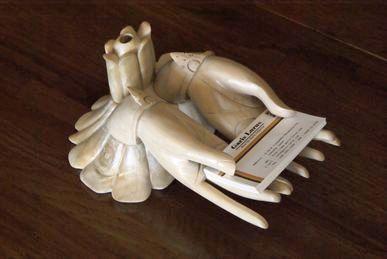手のカタチを忠実に再現したカードスタンド。 (名刺置き)  生命線と木目がリアルに調和した一品。  両手で丁寧に差し出す姿にひと目惚れです。
