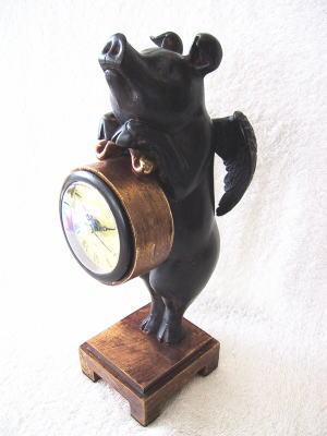幸福を運んで来ると言われている「ウィングピッグ(天使のブタちゃん)」の置時計♪ アンティーク塗装仕上げ・レジン製! ギフトにも最適な1品です★