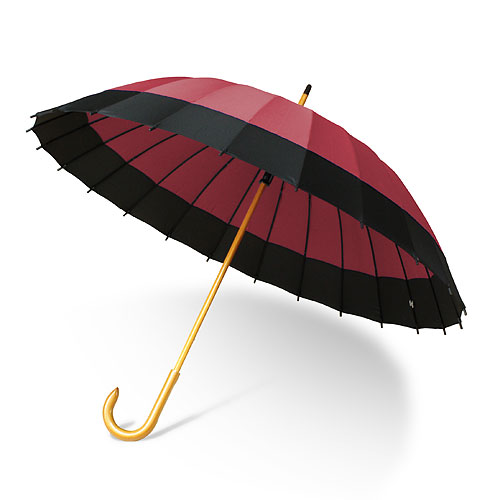 一般的な傘より和風な傘という事で入荷いたしましたが、予想以上の仕上がりに驚き、また価格で驚いてしまいました。傘の開き方から骨組み配色が、まるで番傘を忠実に再現。持ち手には木を使用し、滑らかで握りやすくなっています。開け閉めもスムーズに行えるように、特殊なボタンになっているのもポイントです。骨は24本と丈夫な作り。少々重いのが難点ですが、十分な広さがあり、お子様2人で1本でもいいかもしれません。また畳んだとき見栄えが良いように、バンド(まとめる紐)にボタンの装飾をつけていますが、実際はマジックテープを使用していますので、手軽に着脱が可能。また無料で専用カバーも着いているので、お出かけの際には大変便利です。畳んだ時の見栄えも◎。そしていい事尽くしなのにこの価格。おしゃれ用に1本、ご家庭に1本と、余分に持っていても損をしない、当店一押しの和傘です。