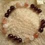 天然石のガーネットや、水晶を使った数珠タイプのブレスレットです。