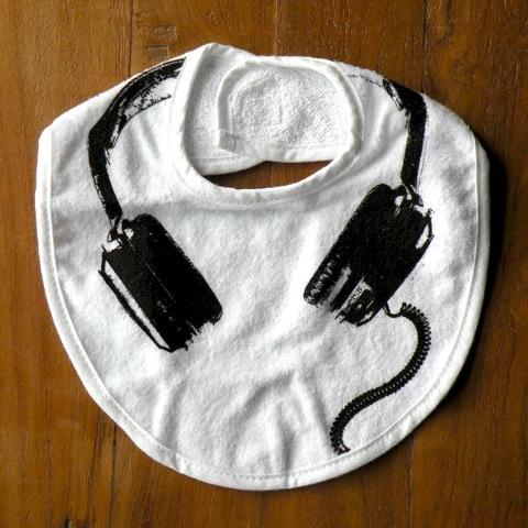 amabro【BAB】シリーズのHeadphone。 「赤ちゃんだって決めたい日がある、そんな赤ちゃんのためのよだれかけ」というコンセプトでアーティストがデザインした、お洒落で可愛い、他にはないベビーアイテム。ファッション誌にも掲載される人気アイテムです。パッケージも素敵でギフトにも最適です。