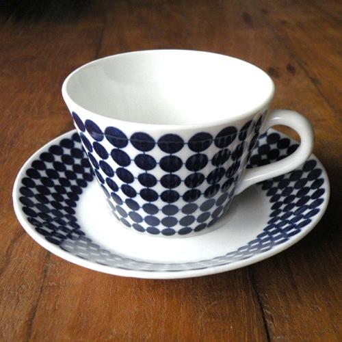 グスタフスベリの「アダム」シリーズのコーヒーカップ&ソーサーです。 1959年〜1974年製造されたシリーズで、デザイナーはスティグ・リンドベリ。 深いブルーのドット柄がとてもシンプルで北欧らしい魅力が詰まった作品です。 ヒビやカケ等のダメージはありません。