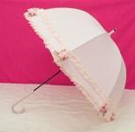 豪華な二段タイプのフリルに、贅沢で可愛いフラワー&リボンモチーフがポイントになった究極のおしゃれ傘です!  ブラックもあります。  ※手開き傘です。 ※強風・大雨時の使用はお避け下さい。