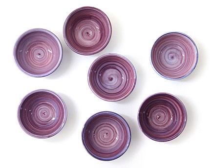 スウェーデンの洋食器ブランド「MATEUSマテュース」のパープル色の陶器の小鉢。 アイス、ヨーグルト、フルーツ等のデザートボウル、サラダボウルとしての他、 お浸し、酢の物等の和食を入れる和食器としても◎! 誕生日プレゼント、結婚祝い、引出物等のギフトにも。 ポルトガル職人による手作りのハンドメイド食器。  MATEUSは、スウェーデンのモダンデザインとポルトガルの職人技とのコラボによる新しい感覚のテーブルウェア。 引出物等多量のご注文は、お早めにお問い合わせ下さい。