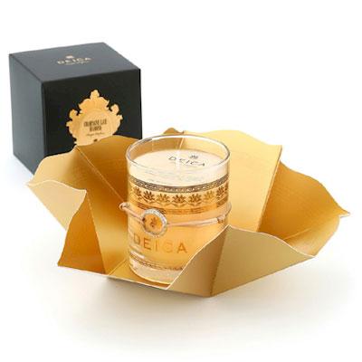 ■送料無料■ DEICA〜泥華(デイカ)CHAMPAGNE LACE DIAMOND カリスマモデルが愛用する高級アロマキャンドル 「シャンパン レース ダイヤモンド」は、爽やかですっきりとした中にも上品さ漂うフローラルムスクをベースに極上のシャンパンを思わせる都会的な香り。 誰からも愛されるフローラルムスクは穏やかに心身を包み込み華やかな気持ちに。 アクセサリー本体には、 ホワイトゴールド鍍金を使用。 リングの両サイドには、石の色の違うスワロフスキーを採用(シャンパンゴールド&クリスタル)。 リングは女性なら指にはめたり(サイズ:9〜10号)男性ならペンダントトップやブレスレットしても使用できます。 紐の色はシャンパンゴールドで高級感を演出します。
