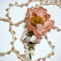 手染めしたお花のネックレス。ロングネックレスで、ひもにビーズが編みこまれていて可愛いです。