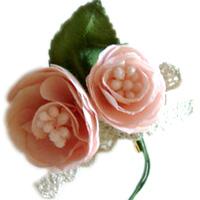 手染めで染めた花びらでひとつひとつ制作しています。茎はワイヤーでできているので、手で簡単に形を変えられます。