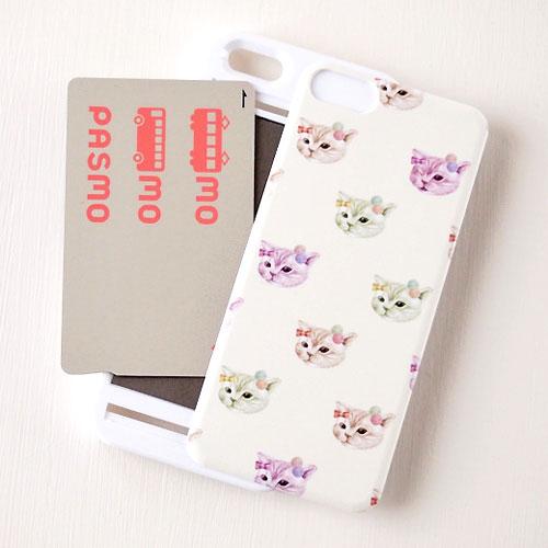ガーリーなネコのイラストがとってもかわいいiPhoneカバーです♪  あなたのiPhoneをキズや汚れからかわいく守ってくれます☆  しかも、PASMOやSuicaなどのICカードをセットできるようになっていてとっても便利!  かわいさと便利さを兼ね備えた一石二鳥の、猫好きさん必見のiPhoneカバーです♪