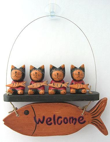インドネシア・バリ島より、特産の木彫り動物たちが大挙してアジアンスタイルマオにやってきました! 仲良くブランコに乗ったにゃんjこたち。大好物のお魚持って、お客様をお出迎え。 玄関やプライベートルームの入口,店先に飾るウェルカムボードとしてどうぞ♪