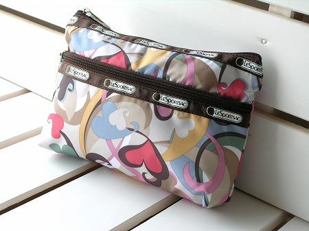 日本では買えない、大人気のハワイ限定レスポートサック【ルクール柄】です★   「ルクール(ハート)」が散りばめられた、とってもかわいいデザイン♪♪  お化粧ポーチとしてもバッグinバッグとしても使いやすさバツグン♪