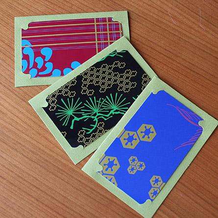 現在、金沢をベースに活動する、エブリン・テプロフの商品です! 商品というより「作品」と呼びたい、ステキなグリーティングカードです。  ■グリーティングカード(封筒、台紙つき)×3  日本の伝統技法「蒔絵」をヒントに生み出された、ステーショナリーシリーズです。 「蒔絵」とは「刷り」「金粉蒔き」「乾燥」を繰り返し、最後に丹念な磨きをかけて完成させる、日本に古くから伝わる伝統技法。 伝統工芸の街「金沢」を感じることができます。  素材は紙。 緑のセット商品は、漆を思わせる光沢のある仕上がりになっています。 おおまかな柄は3種類ですが、裁断部分によって見える部分が異なります。 ですので、お送りする商品が、写真と全く同じ商品とは限りませんので、ご了承下さい。