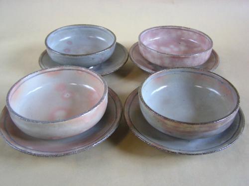 粉引による鉢と皿の組鉢です。 デザートやスープ鉢に取り鉢と組み合わせても、 それぞれを個々に使ってもOKという便利なセットです。 やわらかい風合いで、プレゼントにも最適です。 二色からお選び頂けます。