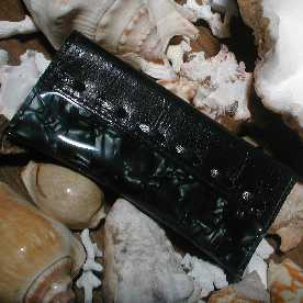 光沢のあるナイロン素材とシープスキンを組み合わせて出来たキーケースです。 シープスキンは上質で柔らかく手触りがとてもいいです。