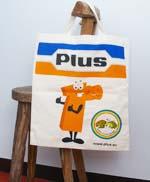 ドイツのスーパーマーケット『Plus』のエコバッグです。オレンジとブルーの色合いとキャラクターがかわいく、日本でも大人気です。しっかりとした丈夫なつくりなので、お買い物の頼もしい味方になってくれると思います。今持っているエコバッグがそろそろ寿命かもという方、いっぱいお買い物するので何枚あっても困らない!という方も是非どうぞ!!