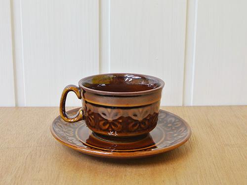 ポーランドで生産されたレトロなカップ&ソーサーです。 立体のお花があしらわれた素敵なデザインです。