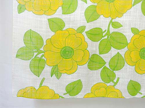 大きな黄色いお花がプリントされた薄手のカーテンです。 上部は壁に掛けるための縫製がされておりません。   左右は折り返しがなく、 上部5cm、下部1cm程度折り返して縫製してあります。