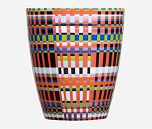 北欧フィンランドを代表するテーブルウェアブランド「iittala・イッタラ」の陶器です。  数々の賞を受賞している、Alfredo Haberli(アルフレッド・ハベリ)氏による斬新なデザインが人気のオリゴシリーズのマグカップ。  そのデザインは、目の保養にもなります。 朝から晩の食事・軽食に大活躍間違いなし!  他にもオリゴシリーズ取り扱い中です。 マグカップ ・ミックス ・ブラック ・レッド  ・オレンジ ・ブルー ・ベージュ  ボウル ・ミックス ・ブラック ・レッド  ・オレンジ ・ブルー ・ベージュ  *iittaraの商品には、専用箱が付属しておりません。あらかじめ、ご了承くださいませ。  〔デザイナー〕 Alfredo Häberli (アルフレッド・ハベリ) アルフレッド・ハベリ(1964−)は、アルゼンチンのブエノスアイレスに生まれましたが、現在は、スイスのチューリッヒにスタジオを構え、活動しています。彼はこの若さで、国際的な工業デザイナーとして知られ、最近ではチューリッヒのデザインスクール(Schule fur Design)、ミラノのドムスアカデミーの教壇に立っています