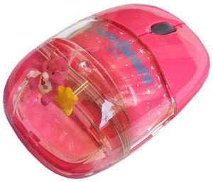 涼しげなアクリルの中をケアベアがぷかぷか漂う光学式マウスです。 シンプルなパソコン周りが明るくなりそうなカラーです。 Love A Lot Bear(濃いピンク)、Cheer Bear(ピンク)、Funshine Bear(イエロー)の3色からお選びいただけます。